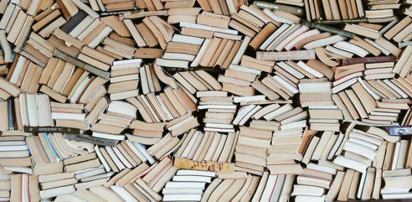 «Prétentieuse», «cirque médiatique», «surchargée»… Les lecteurs aiment-ils vraiment la rentrée littéraire ?