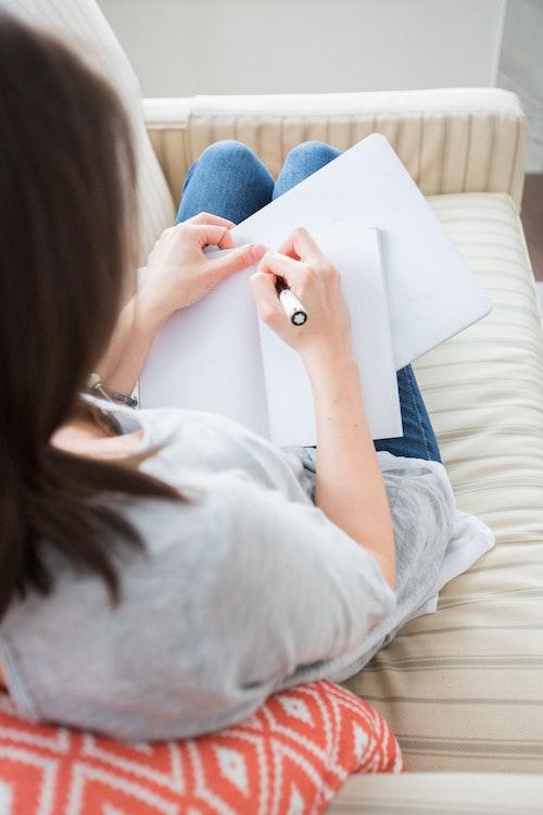 Pourquoi écrire un témoignage? Daphnée Gagnage explique les vertus thérapeutiques de l'écriture.