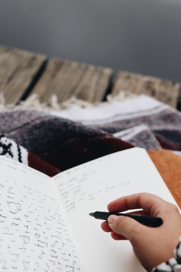 Écrire des dialogues : comment transcrire la langue parlée ? par Maëlle Audric, autrice de Librinova